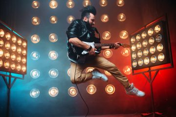 למי זכויות היוצרים בסרטון שבו נראה זמר מבצע שיר. לזמר?! לצלם?! לחברת ההפקה?!